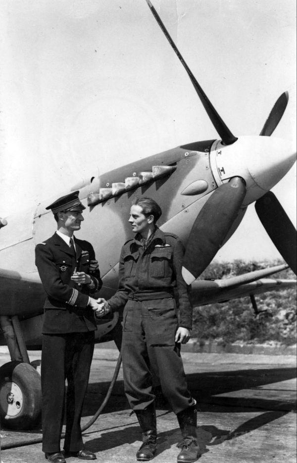 """René Mouchotte serrant la main à Edward """"Jack"""" Charles, commandant du 611 Squadron, avec lequel il a partagé la 1000e victoire des escarilles basées à Biggin Hill le 15 mai 1943."""