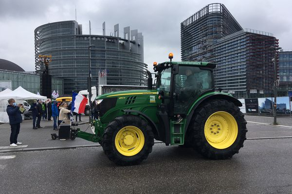Le tracteur de cet agriculteur, comme un symbole, devant la puissance européenne