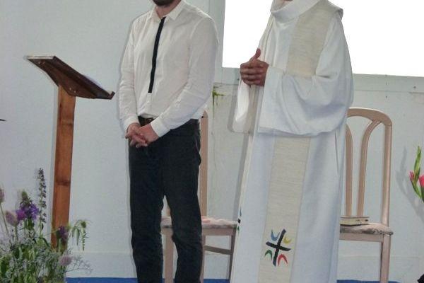 Guillaume assure la traduction de la bénédiction du prêtre Eric Lorinet