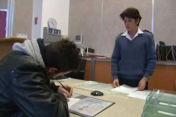 Engagez-vous ! Un jeune homme signe son engagement à Toulon.