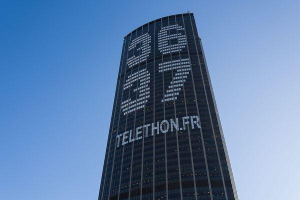 Le 36 37, numéro qui recueille les promesses de dons pour le Téléthon, affiché au sommet de la tour Montparnasse