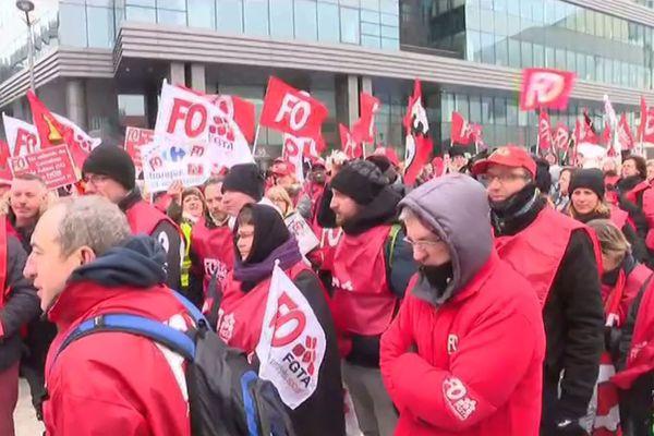 Environ un millier de manifestants devant le siège France de Carrefour (Massy, Essonne) pour protester contre les suppressions d'emplois.