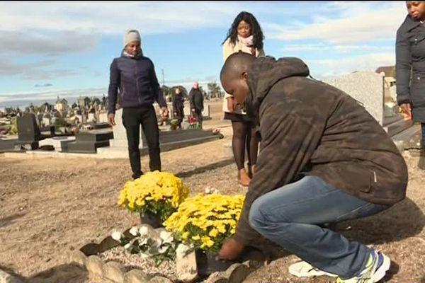 Chaque année ils fleurissent les tombes des indigents, les morts oubliés.