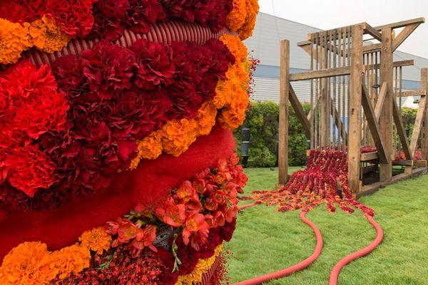 A l'extérieur du parc des expos, à l'entrée de Folie flore, une évocation fleurie du passé industriel de Mulhouse, avec ici un métier à tisser...