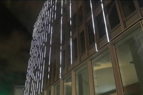 Des dizaines de barres lumineuses clignotantes sont installées sur la façade