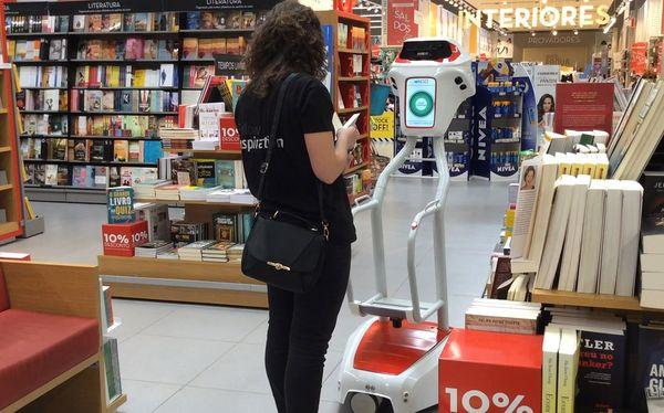 Le robot wiiGO testé par un employé de l'entreprise qui l'a créé