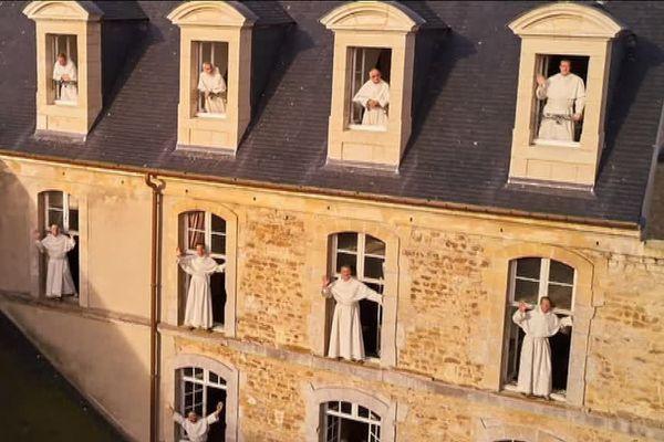Les frères de Juaye Mondaye aux fenêtres de l'abbaye.