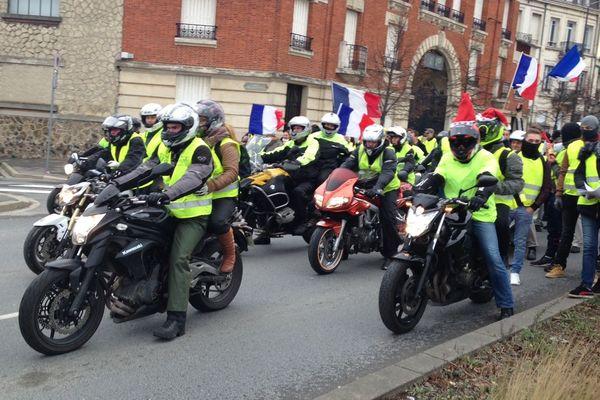 """Les motards prennent la tête du cortège des """"gilets jaunes"""" à Reims."""