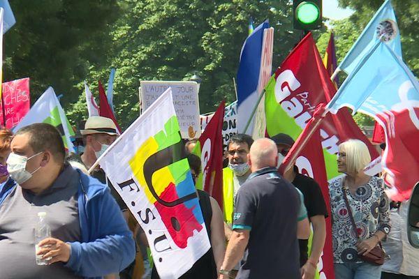 De nombreux partis et syndicats représentés lors de cette marche.