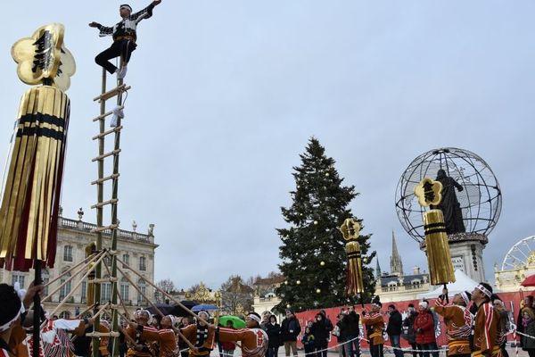 Saint Nicolas 2018 à Nancy : dimanche 2 décembre 2018, les pompiers acrobates de Kanazawa perpétuent sur la place Stanislas une tradition vieille de 300 ans.