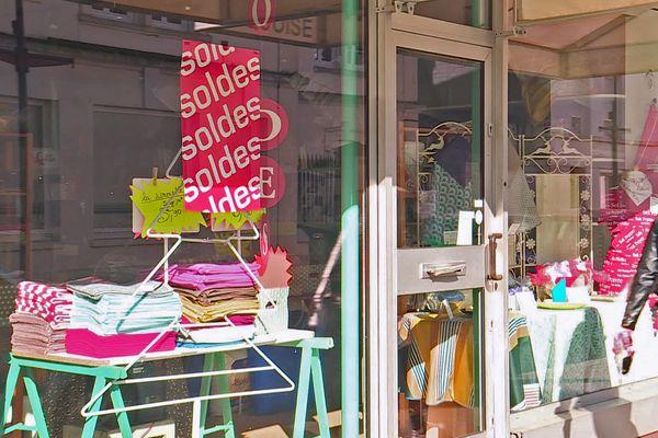 Devanture d'un magasin pendant les soldes – Archives