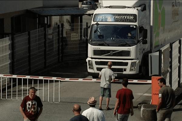 Les producteurs laitiers bloquent l'entrée et la sortie des camions de la plateforme logistique Lactalis à Cesson-Sévigné (35)