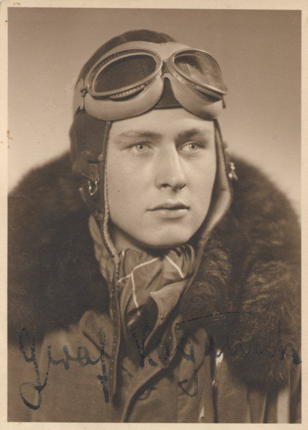 Le pilote de chasse allemand Erbo Graf von Kageneck sera crédité de 67 victoires entre septembre 1939 et décembre 1941. Il décédera à Naples, le 12 janvier 1942, après avoir été grièvement blessé en Afrique du Nord.