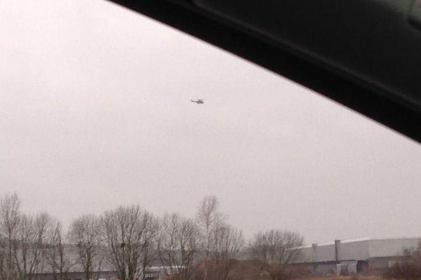 2 hélicoptères Puma de transport de troupes survolent actuellement Crépy-en-Valois dans l'Oise