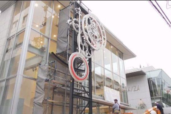 L'horloge orne un centre commercial de Tokyo.