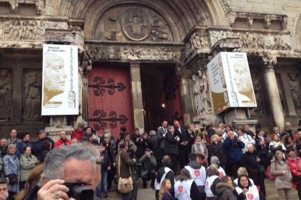 La foule venue assistée au retour des reliques de St Gilles, sur le parvis de l'abbatiale - 3/04/2016