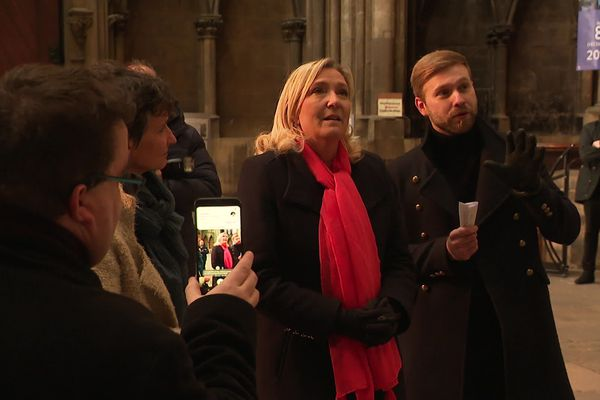 En visite à Metz, Marine Le Pen a rapidement visité la Cathédrale Saint-Etienne. Entre miracle, révélation et coup médiatique, la présidente du RN veut croire à la victoire de son parti à Metz.