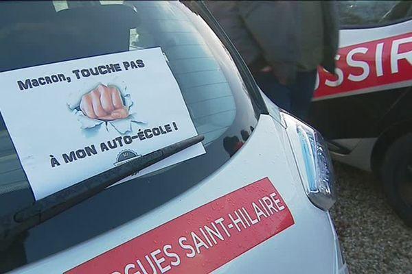 La colère s'affiche sur les vitres de ce véhicule auto-école présent sur la place des Quinconces à Bordeaux ce lundi 11 février 2019