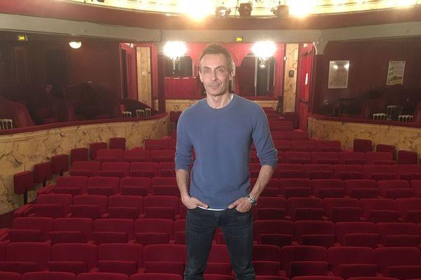 """Le comédien Benoît Solès est auteur et acteur dans la pièce """"La Machine de Turing"""" qui se joue au théâtre Michel et qui a remporté quatre prix à la 31ème Nuit des Molières."""