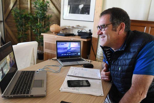 """Vainqueur de la transat AG2R La Mondiale en 2012, le navigateur Gildas Morvan fait équipe virtuellement avec le chanteur Charles Miossec. """"Moi je fais vraiment croire que je suis à bord et je fais la navigation, Christophe barre beaucoup""""."""