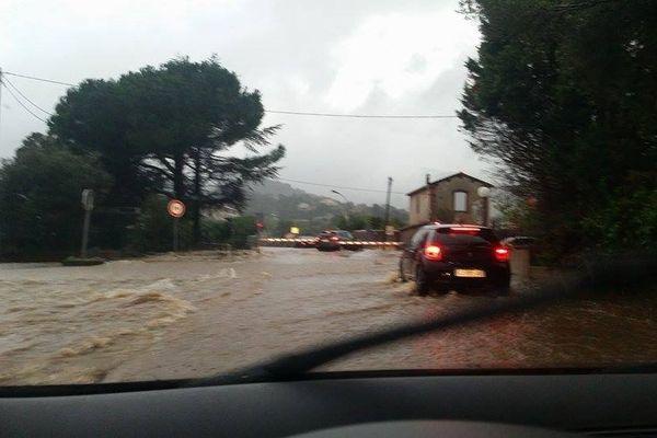 28/11/14 - Intempéries en Corse, le passage à niveau de Lucciana (sud de Bastia) sous les eaux