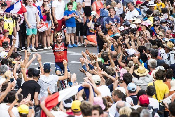 La foule acclame les coureurs chaque année lors du Tour de France.