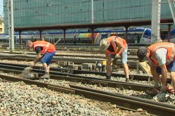 Les agents de la SNCF vérifie manuellement les éclisses sur le réseau régional