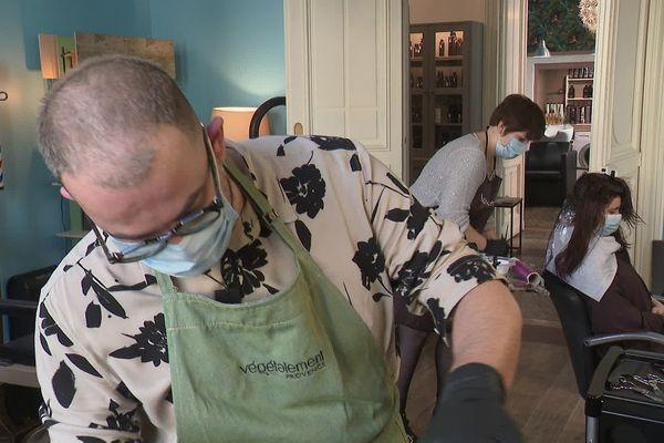 Guillaume fait depuis des années le choix le recruter des apprentis pour former les coiffeurs du futur.