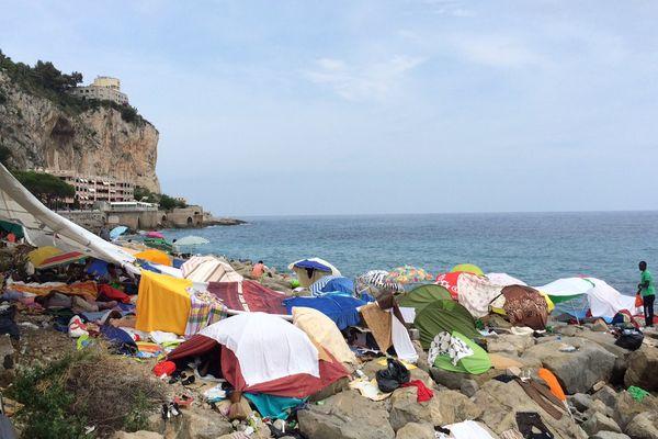 """Bernard Cazeneuve, ministre de l'intérieur, a appelé mardi l'Italie à mettre en place un """"dispositif"""" de sélection des migrants arrivés sur son territoire"""
