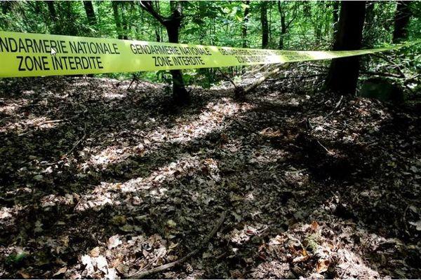 Un cordon de police délimite le site des fouilles pour retrouver le corps d'Estelle Mouzin, le 16 juin 2021 à Issancourt-et-Rumel (Ardennes).