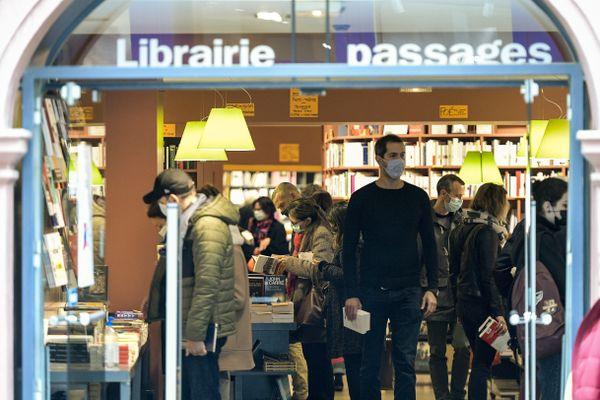 Les librairies vont pouvoir garder leur portes ouvertes même en cas de reconfinement les week-ends. Lyon, Octobre 2020.