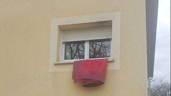 Coronavirus : un chiffon ou tout autre tissu rouge à sa fenêtre ou son balcon permet d'alerter passants ou voisins sur une situation de détresse.