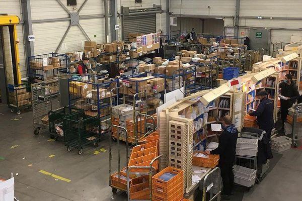 Intense activité en cette fin d'année au centre de tri postal de Lattes : le nombre de colis à livrer explose. 3 000 paquets y transitent chaque jour.