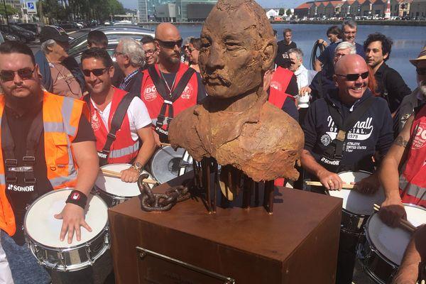 Les dockers du Havre entourent la statue de Jules Durand