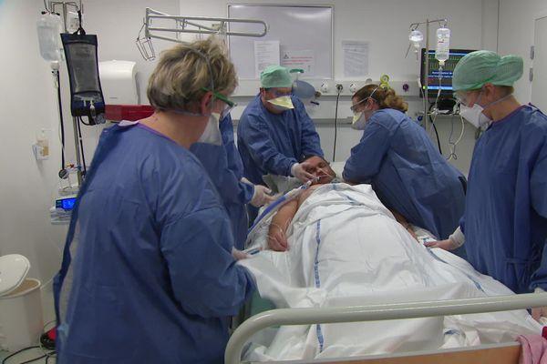 Sur les deux jours de formations, un jour est consacré à l'apprentissage pratique des gestes d'un infirmier en service de réanimation.
