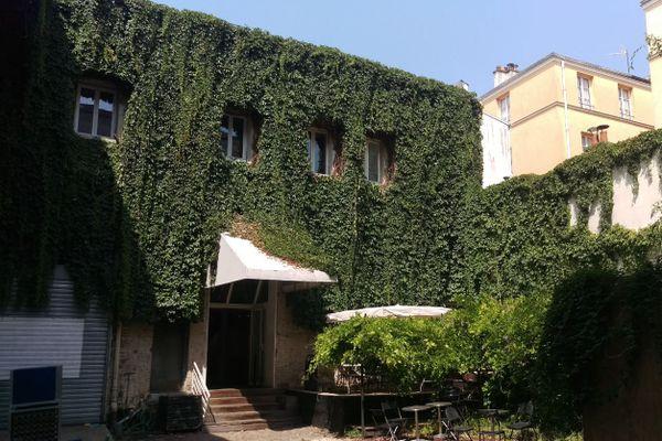 L'ancien studio Rouchon, dont la construction du bâtiment, aujourd'hui couvert de vigne, remonte au XVIIIe siècle.