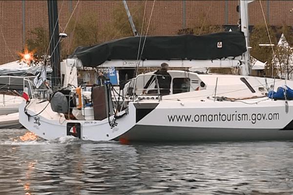 Le bateau d'Oman Sail  en train de quitter le port du Havre dimanche matin, avant le départ de la Transat Jacques Vabre 2017