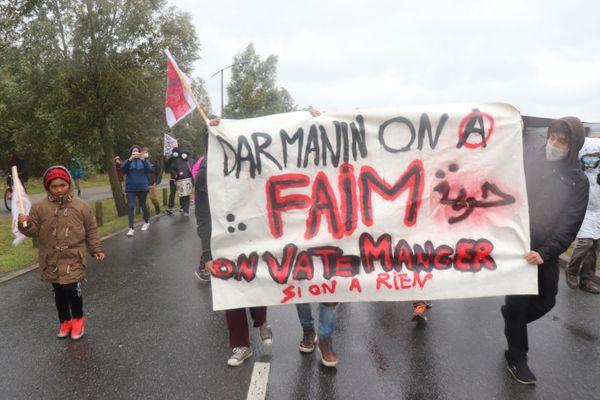 Plusieurs centaines de personnes manifestent le 26 septembre 2020, pendant des heures, dans Calais pour dénoncer les conditions d'accueil et le mauvais traitement des migrants par la municipalité de Calais et par l'Etat français.