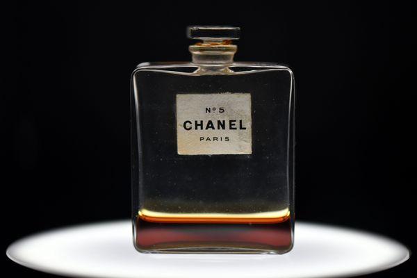 Le Chanel n°5 fêtera ses 100 ans en 2021, il reste le parfum le plus vendu de l'histoire.