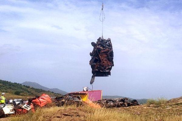 Banyuls (Pyrénées-Orientales) - une quinzaine d'épaves de voitures retirées du bas d'une falaise par hélicoptère - 17 juin 2013.
