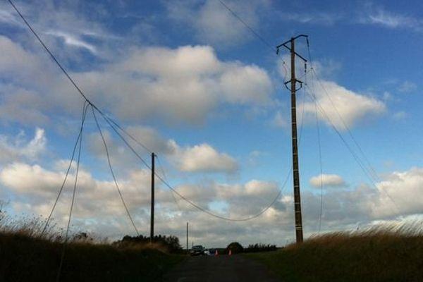 Une ligne électrique à haute tension coupée à Urville dans la Manche, lundi 28 octobre 2013