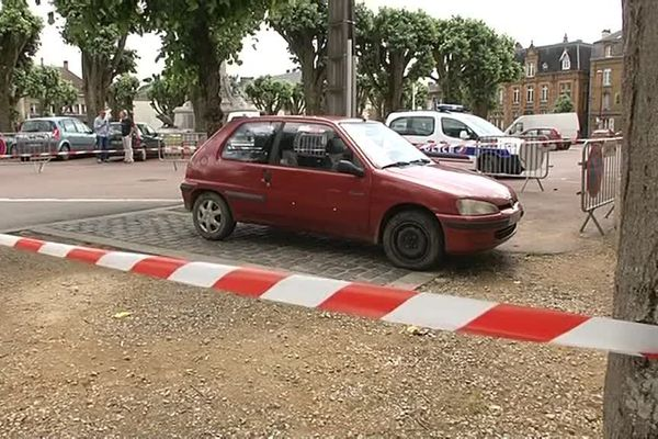 Le corps de la femme a été retrouvé à bord de ce véhicule rouge place Nassau, à Sedan (08).