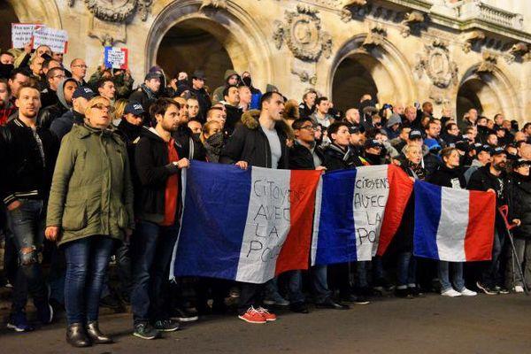 Des policiers manifestent, le 24 octobre 2016 à Paris. (MAXPPP)