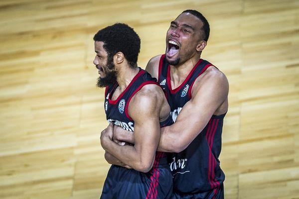 La joie des basketteurs de la SIG, qualifiés pour les 1/2 finales de la Ligue des champions après avoir renversé le favori Tenerife, 88 à 86, après prolongations.