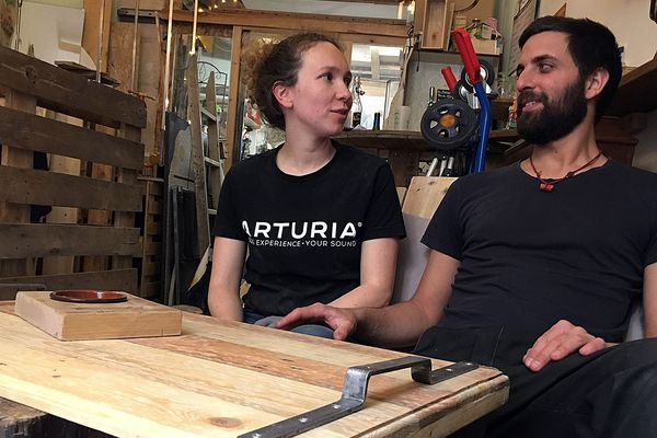 """Taana et David ont eu l'idée de l'atelier """"Wood Stock Project"""" alors qu'ils s'installaient à Montpellier. Avec les meubles récupérés dans les rues de la ville, ils ont pu quasiment meubler tout leur appartement."""