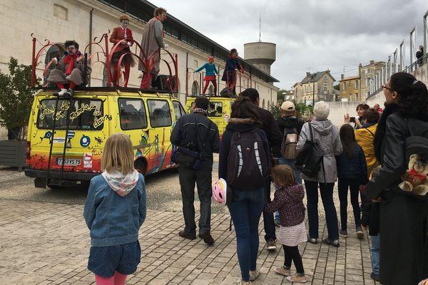 Mercredi, la caravane des clowns est partie de Niort à la rencontre des habitants de plus d'une cinquantaine de communes des Deux-Sèvres et des départements voisins.