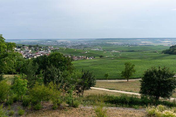 La vue sur Champillon et Épernay, depuis la suite Joséphine du Royal Champagne