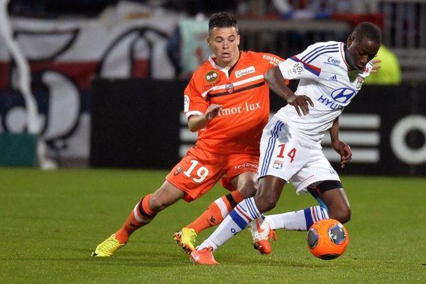 Mouhamadou Dabo et Bryan Pele au cours de la rencontre opposant Lyon (OL) à Lorient (LFC) au stade de Gerland (10/05/14)