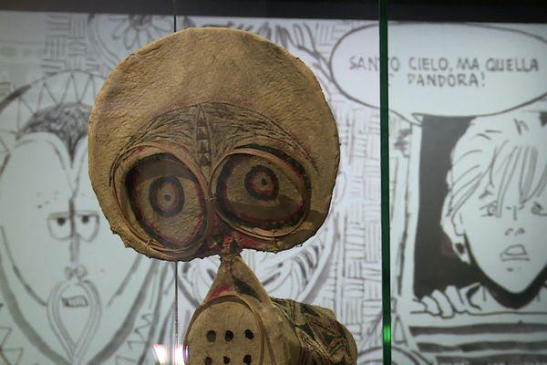 Les commissaires de l'exposition sont allés chercher dans les collections ethnographiques de différents musées pour créer des correspondances avec les dessins d'Hugo Pratt.