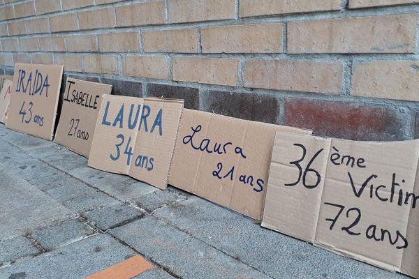Des pancartes ont été installées devant le tribunal judicaire, portant les noms de victimes de violences.